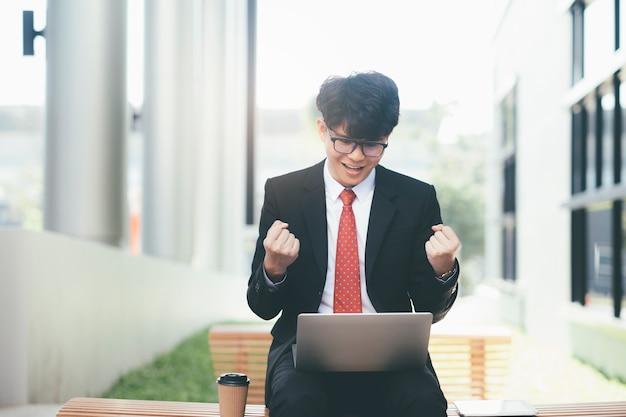 Succesvolle en winnende jonge startup zakenman jubelend.