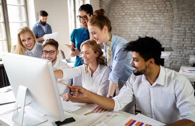 Succesvolle gelukkige groep studenten die software-engineering en zaken leren tijdens presentatie