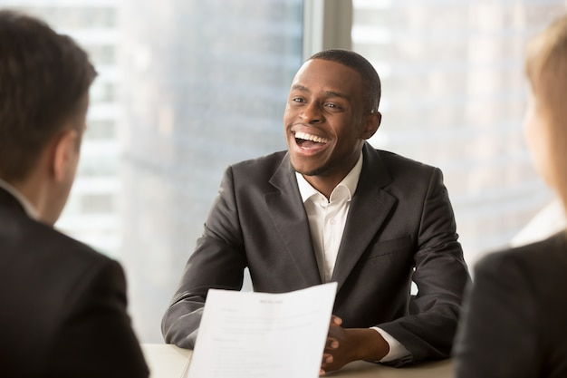 Succesvolle gelukkige zwarte mannelijke kandidaat die ingehuurd werd, kreeg een baan