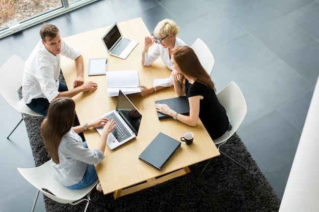 Succesvolle groep bedrijfsmensen die aan plannen werken