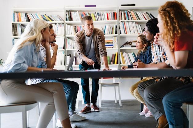 Succesvolle groep ontwerpers, zakenmensen aan het werk op kantoor