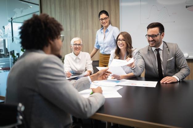 Succesvolle groep zakenmensen aan het werk in een modern kantoor Premium Foto