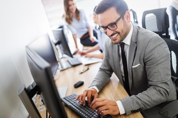 Succesvolle groep zakenmensen aan het werk in moderne kantoren