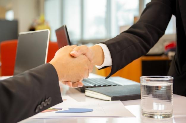 Succesvolle handshakingszakenlieden na goede overeenkomst in bureau.