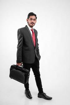 Succesvolle jonge indische bedrijfsmens die o stellen