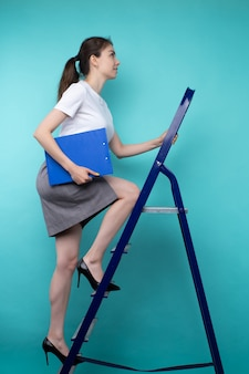 Succesvolle jonge vrouw maakt carrièreladder