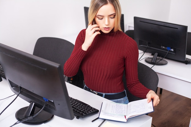 Succesvolle jonge zakenvrouw praten op mobiele telefoon
