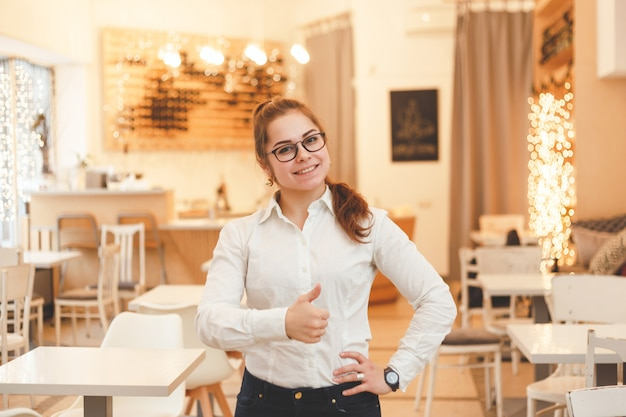 Succesvolle koffiemanager, eigenaar van een klein bedrijf op het werk