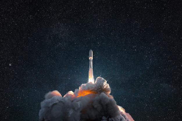 Succesvolle lancering van een raket in de ruimte. ruimteschip met rook en ontploffing stijgen op in de sterrenhemel. ruimte behang