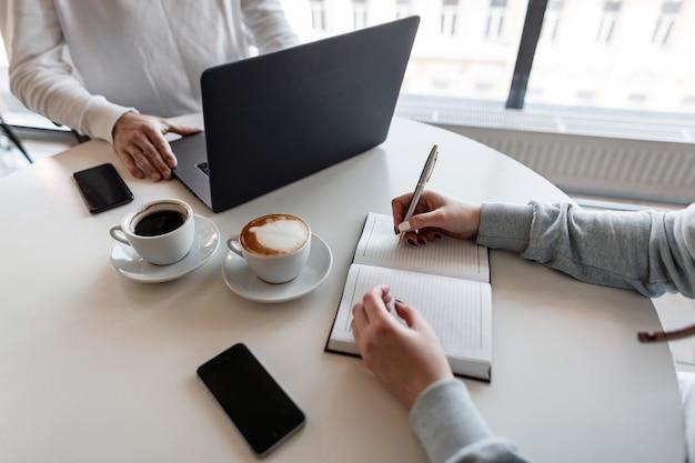 Succesvolle man-directeur houdt een zakelijke bijeenkomst met een jonge vrouw
