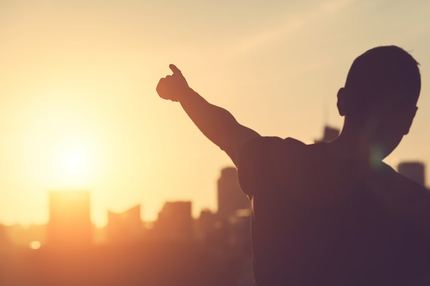 Succesvolle man gericht op zonsondergang