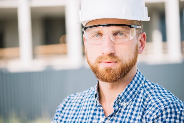 Succesvolle man in bouwvakker