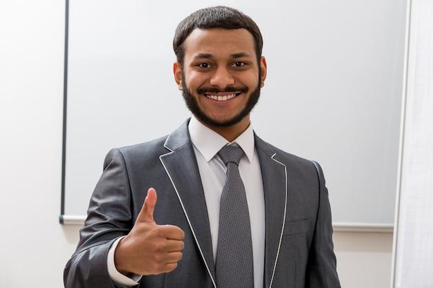 Succesvolle muziekproducent glimlachend jonge man glimlachend