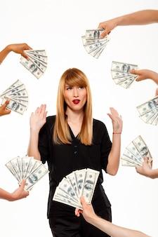 Succesvolle onderneemster die van geld over witte muur weigert
