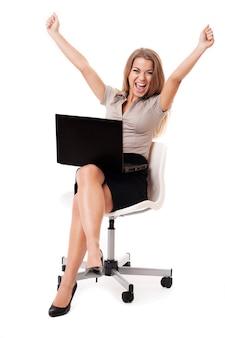 Succesvolle onderneemster met laptop op knieën