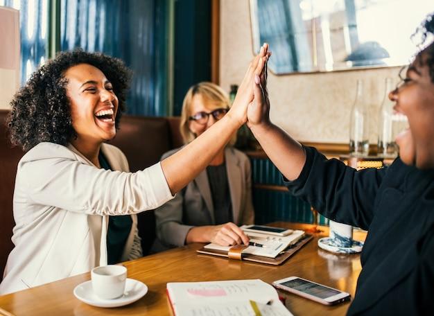Succesvolle onderneemsters geven een high five