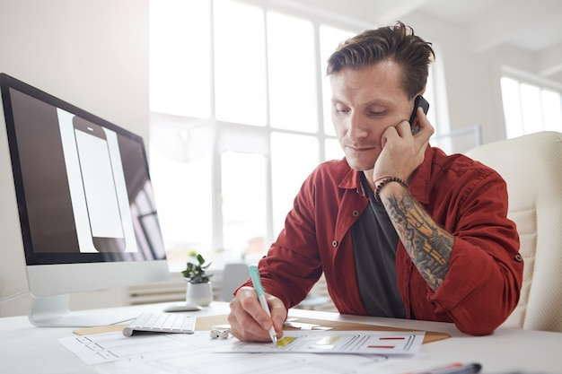 Succesvolle ondernemer spreken via de telefoon in office
