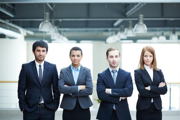 Succesvolle ondernemers met armen gekruist op kantoor