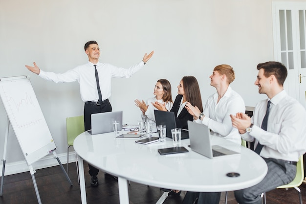 Succesvolle presentatie van de jonge jongen voor een zakelijke bijeenkomst