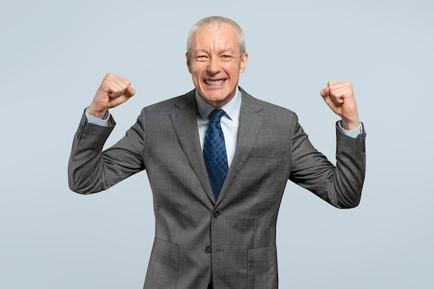 Succesvolle senior zakenman in een kostuumportret