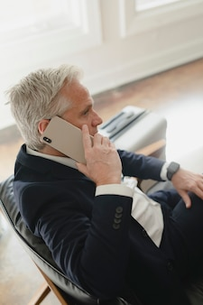 Succesvolle senior zakenman praten aan de telefoon