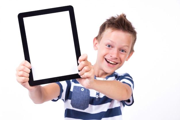 Succesvolle student met een tablet in de hand scherm naar de klant