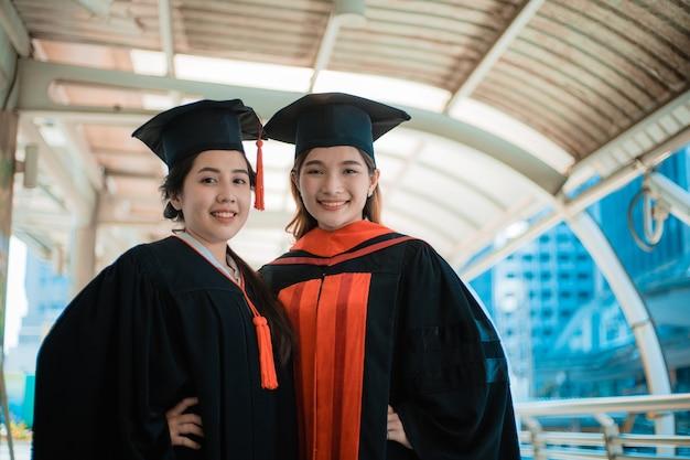Succesvolle studenten camera kijken Premium Foto