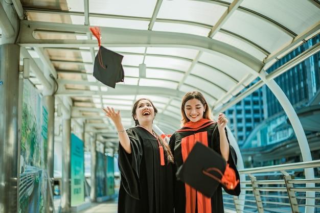 Succesvolle studenten gooien de hielen Premium Foto