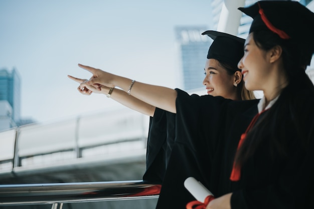 Succesvolle studenten met visie, wijzend naar de toekomst.
