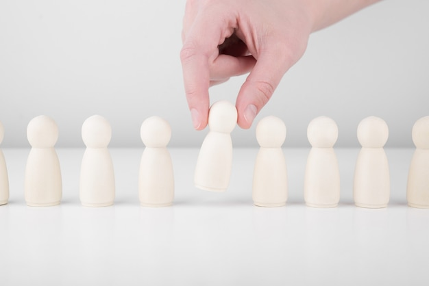 Succesvolle teamleider. de zakenmanhand kiest mensen die zich van de massa onderscheiden.