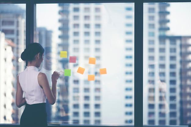 Succesvolle teamleider en bedrijfseigenaar die de informele interne zakelijke bijeenkomst leidt.