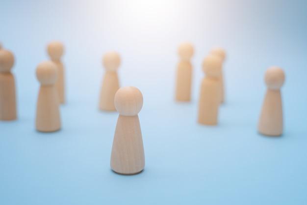 Succesvolle teamleider, houten mensen die zich onderscheiden van de ander.