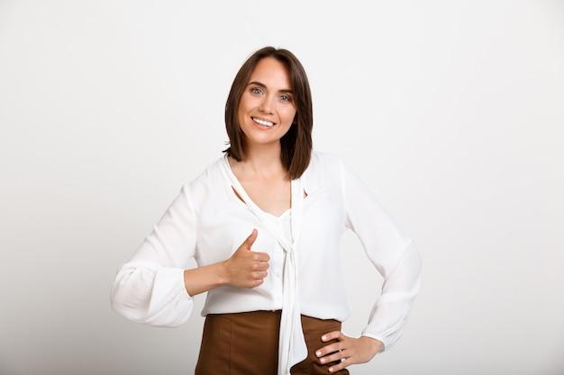 Succesvolle tevreden mode vrouw thumbs-up
