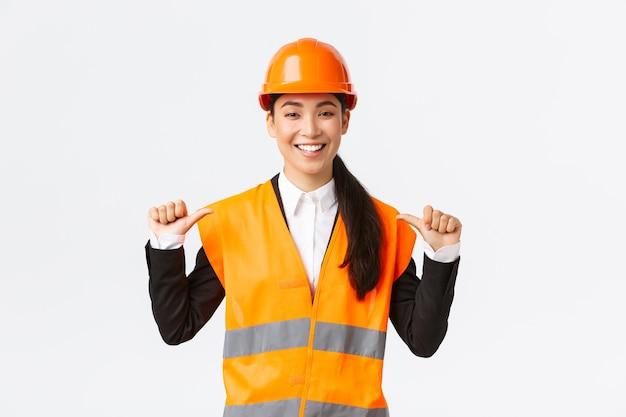 Succesvolle trotse glimlachende aziatische vrouwelijke bouwmanager