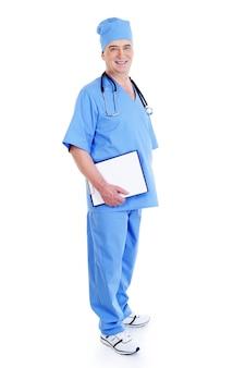 Succesvolle volwassen mannelijke chirurg met een map van de glimlachholding