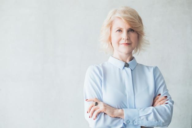 Succesvolle volwassen zakenvrouw. vrouwelijke empowerment