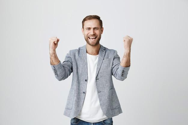 Succesvolle vreugde zakenman vuist pomp