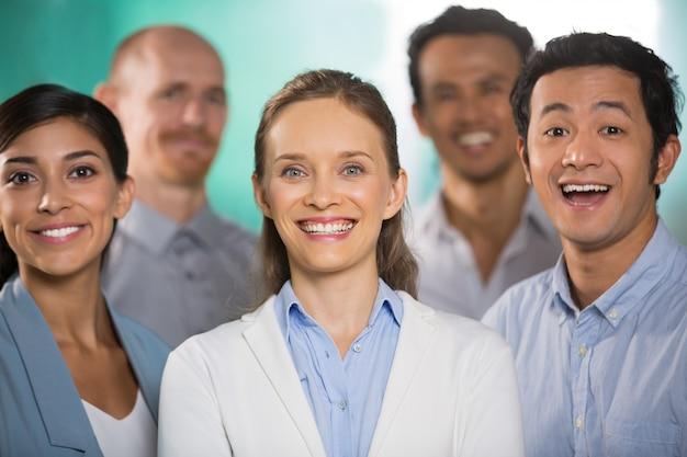 Succesvolle vrolijke jonge diverse mensen uit het bedrijfsleven