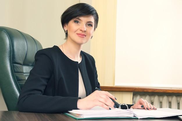 Succesvolle vrouw advocaat aan het werk op kantoor. belangenbehartiging en juridische activiteit