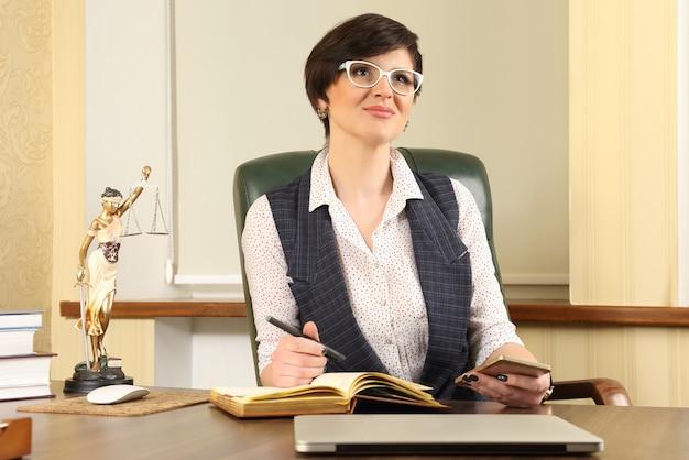 Succesvolle vrouw advocaat aan het werk op kantoor