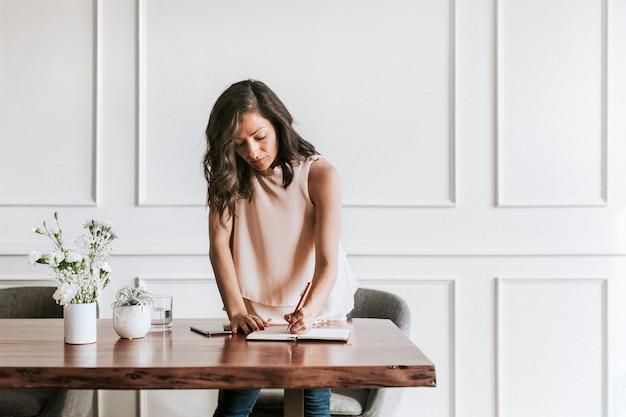 Succesvolle vrouw die op kantoor werkt