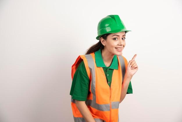 Succesvolle vrouw in veiligheidshelm die uniform draagt. hoge kwaliteit foto