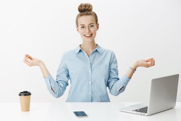 Succesvolle vrouwelijke ondernemer in blauw kraagoverhemd