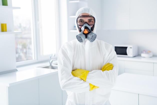 Succesvolle werknemer schonere man kruis handen