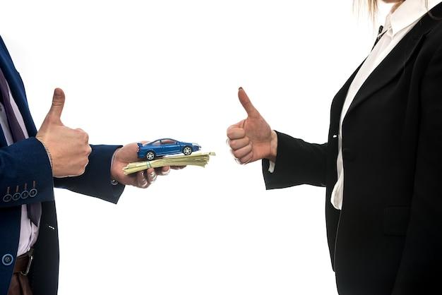 Succesvolle zakelijke deal tussen partners voor autoverkoop geïsoleerd op een witte achtergrond. dollar. financieel begrip.