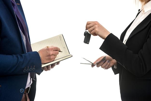 Succesvolle zakelijke deal tussen partners voor geïsoleerde autoverkopen. dollar. financieel begrip.