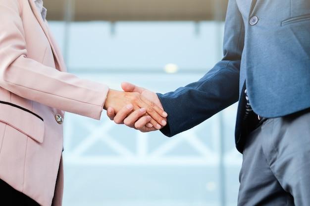 Succesvolle zakelijke handshaking na goede deal.