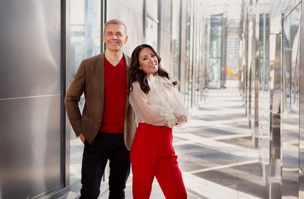 Succesvolle zakelijke samenwerking multi-etnische partners aziatische vrouw stijlvolle blanke lachende man smiling