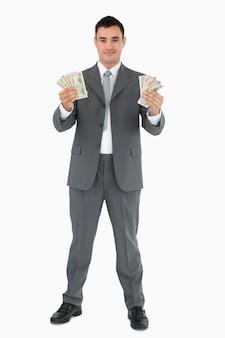 Succesvolle zakenman die bankbiljetten voorstelt