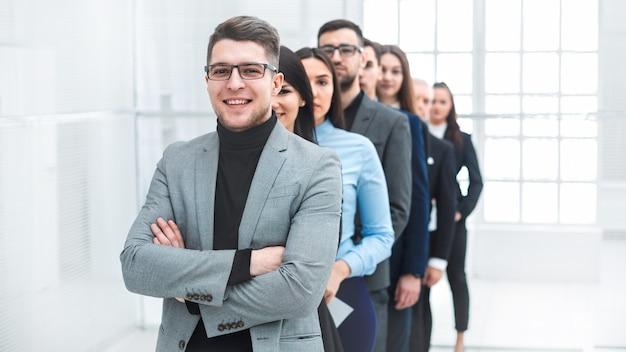 Succesvolle zakenman die zijn business team voor staat